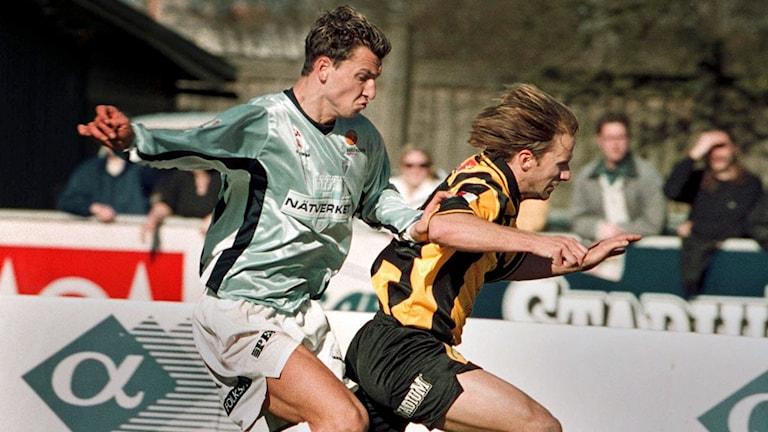 Zlatan i kamp med Häckens försvarare Henrik Dahl 2001.