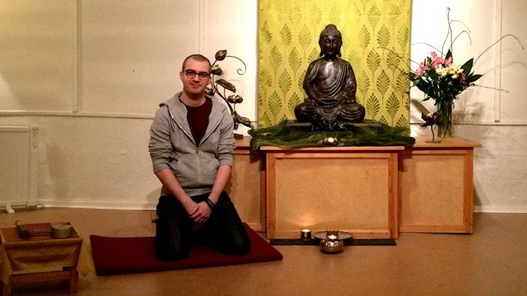 Fredrik Busk vid Stockholms Buddhistcenter.