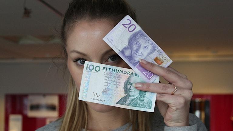 Lisa håller upp två sedlar Foto: Nichol von Schoenberg / Sveriges radio