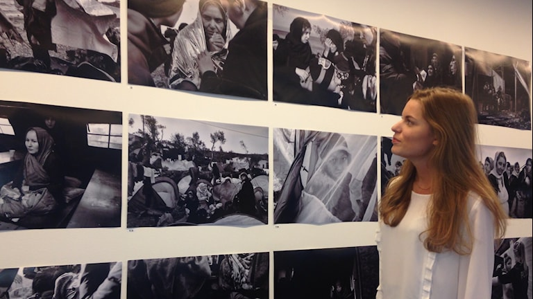 Tiia Mustonen framför fotoreportageserien om kvinnor på flykt. Foto: Christy Chamy/Sveriges Radio
