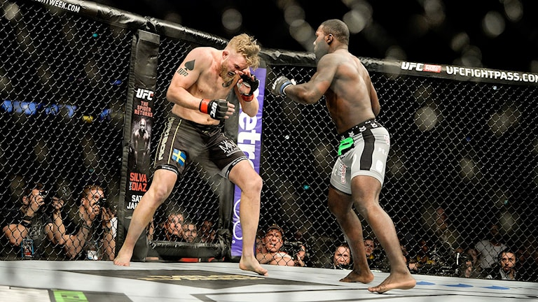 Svenske Alexander 'The Mauler' Gustafsson (tv) i den lätta tungviktsmatchen mot Anthony 'Rumble' Johnson (th) från USA under MMA-galan UFC Fight Night Stockholm i Tele2 Arena.