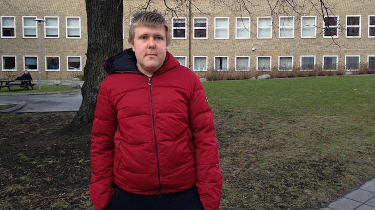 Rasmus Ravantti utanför Thorildsplans gymnasium där han skriver högskoleprovet
