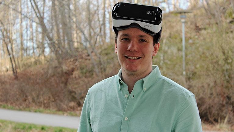 Philip Lindner med så kallade VR-glasögon.