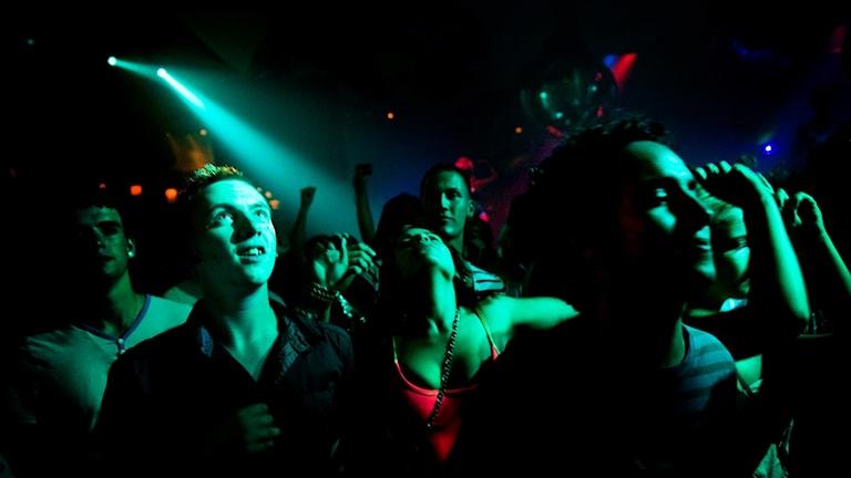 Människor på nattklubb