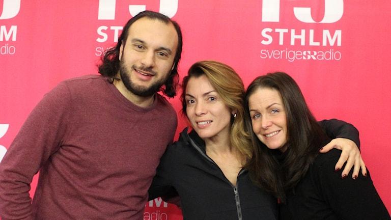 Journalisten och författaren Alexandra Pascalidou i stduion tillsammans med programledarna Farzad Nouri och Titti Schultz.