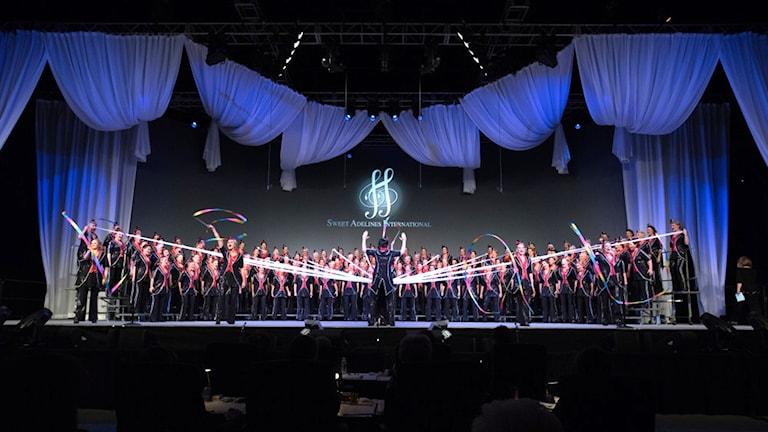 Rönninge Show Chorus på scen.