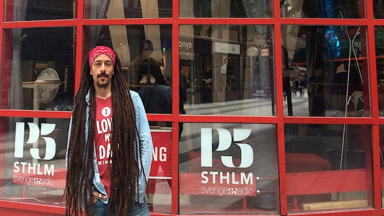 """Robert """"Bob"""" Athil utanför P5 STHLM:s studio på Drottninggatan."""