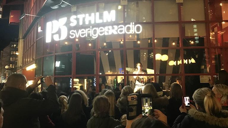 Darin sjunger i P5-studion på Drottninggatan.