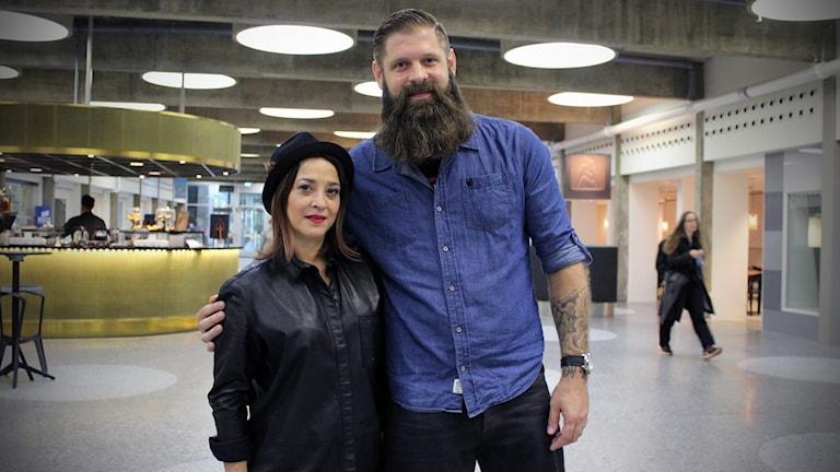David Eriksson och Cari Forsgren tillsammans i radiohusets hangar.