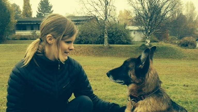 Ida Östlund med hennes förra ledarhund.