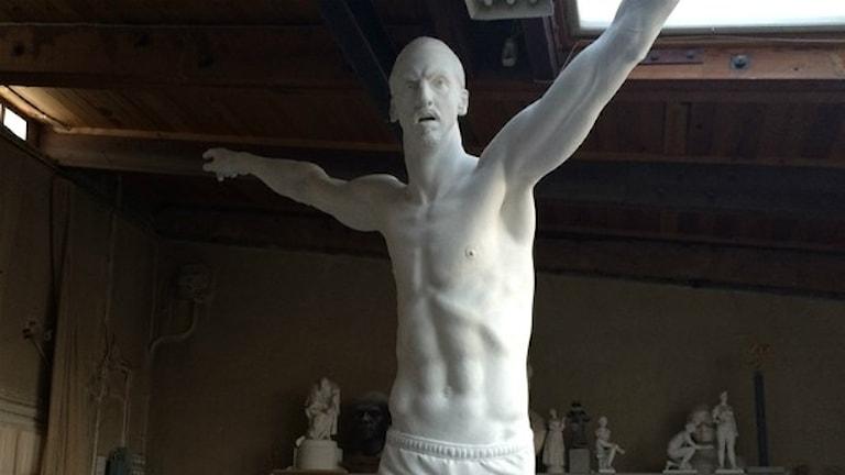 Statyn av Zlatan tar form.