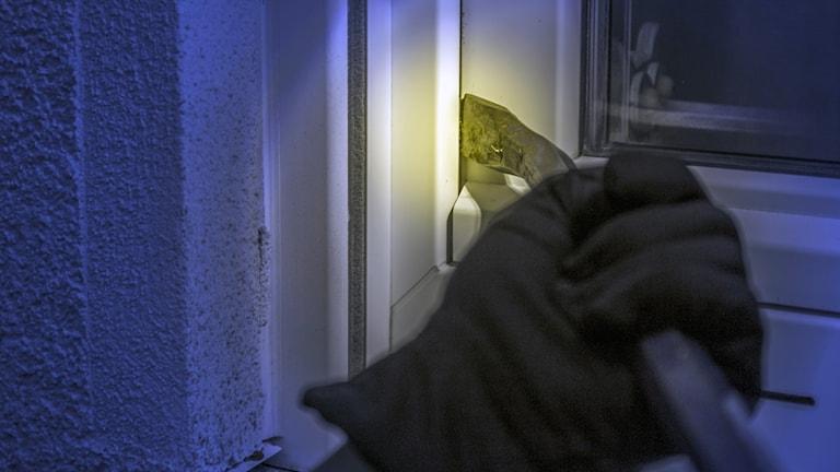 En kofot på väg att bryta upp ett fönster.