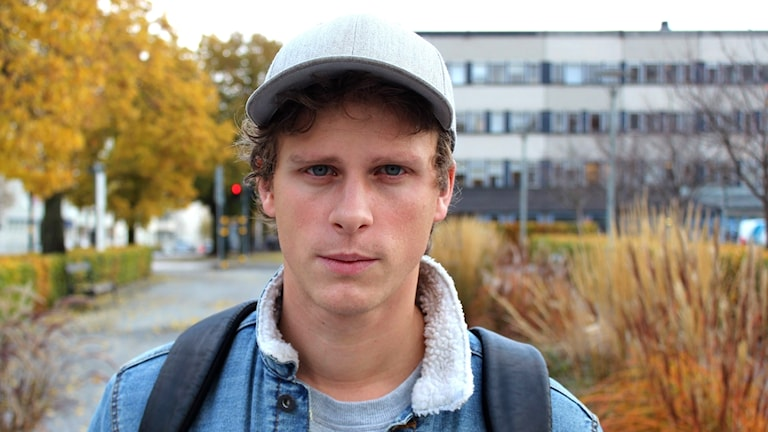 Adam Pålsson utanför Sveriges Radio i Stockholm.
