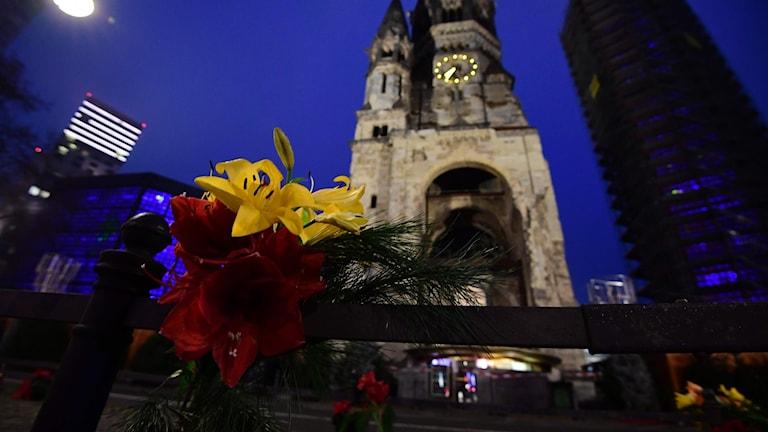 Blommor utanför Kaiser-Wilhelm Gedächtniskirche i Berlin.