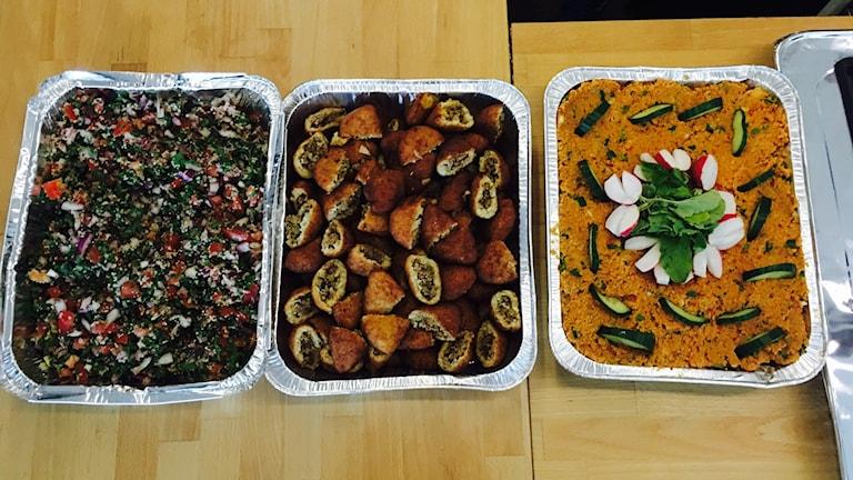 Taboulleh, köttpiroger och linssallad.
