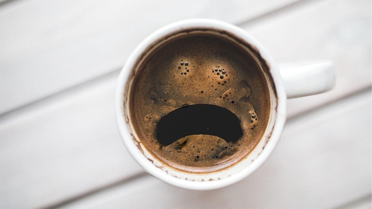 En kaffekopp som ser ut som en ledsen figur.