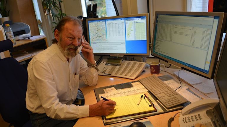 Lars-Åke Gustavsson, Trafikredaktionen svarar i telefonen. Foto: Gunnar Kugelberg