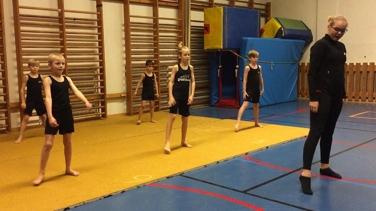 Hammarbygymnaster och deras 13-åriga tränare Agnes Björndal.
