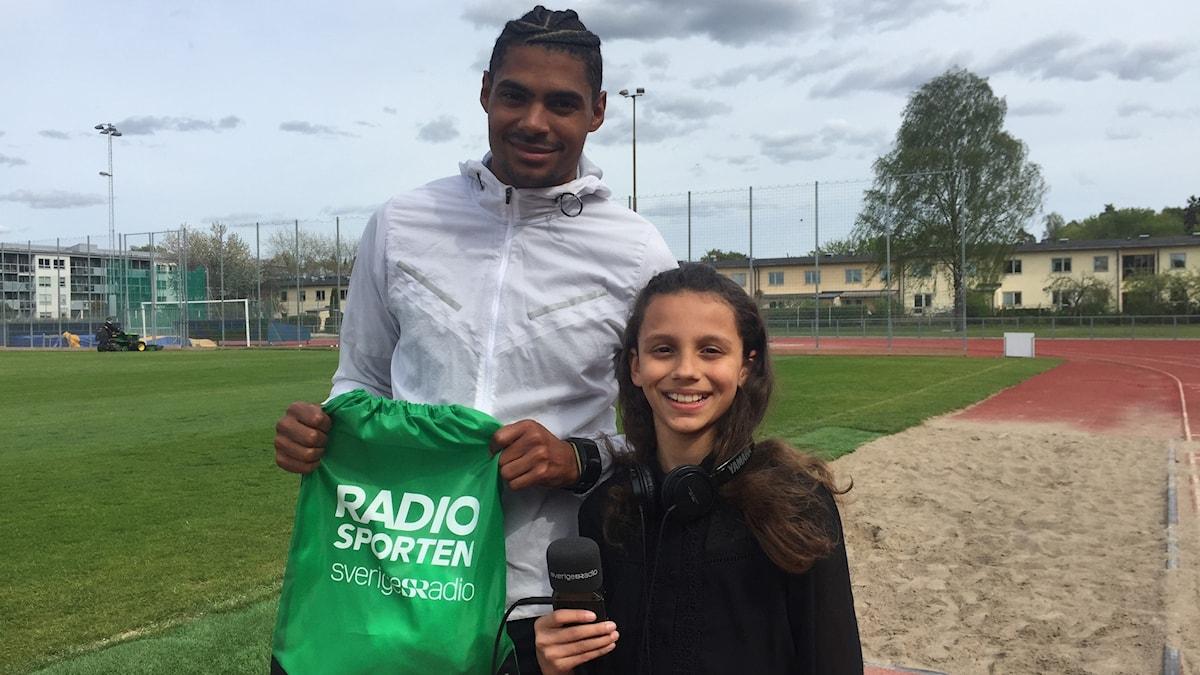 10-åriga Ayla Hallberg-Hossain intervjuar Michel Tornéus.