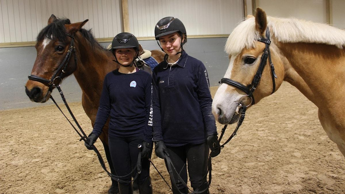 Hilda Hallman-Karlsson med hästen Lidens Pralin (t.v.) och Matilda Modigs med sin nya häst Hella.