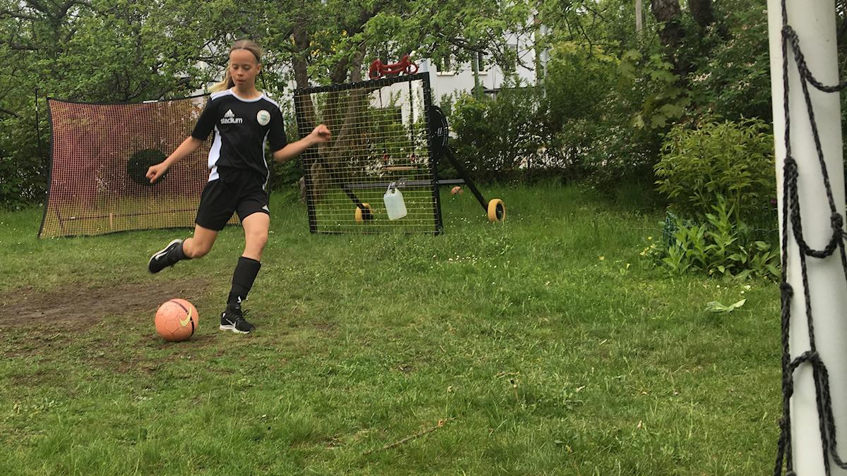 11-åriga fotbollsspelaren Fanny Ahlin tränar i sin trädgård.