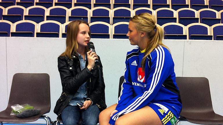 Juniorsportens Malin med handbollslandslagets Isabelle Gulldén. Foto: Andreas Matz/Sveriges Radio