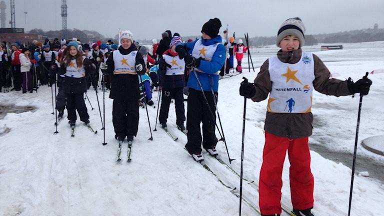 I Stockholm är det dags för fjärdeklassarna att lära sig åka längdskidor. Det visar sig vara svårare än vad man kan tro.