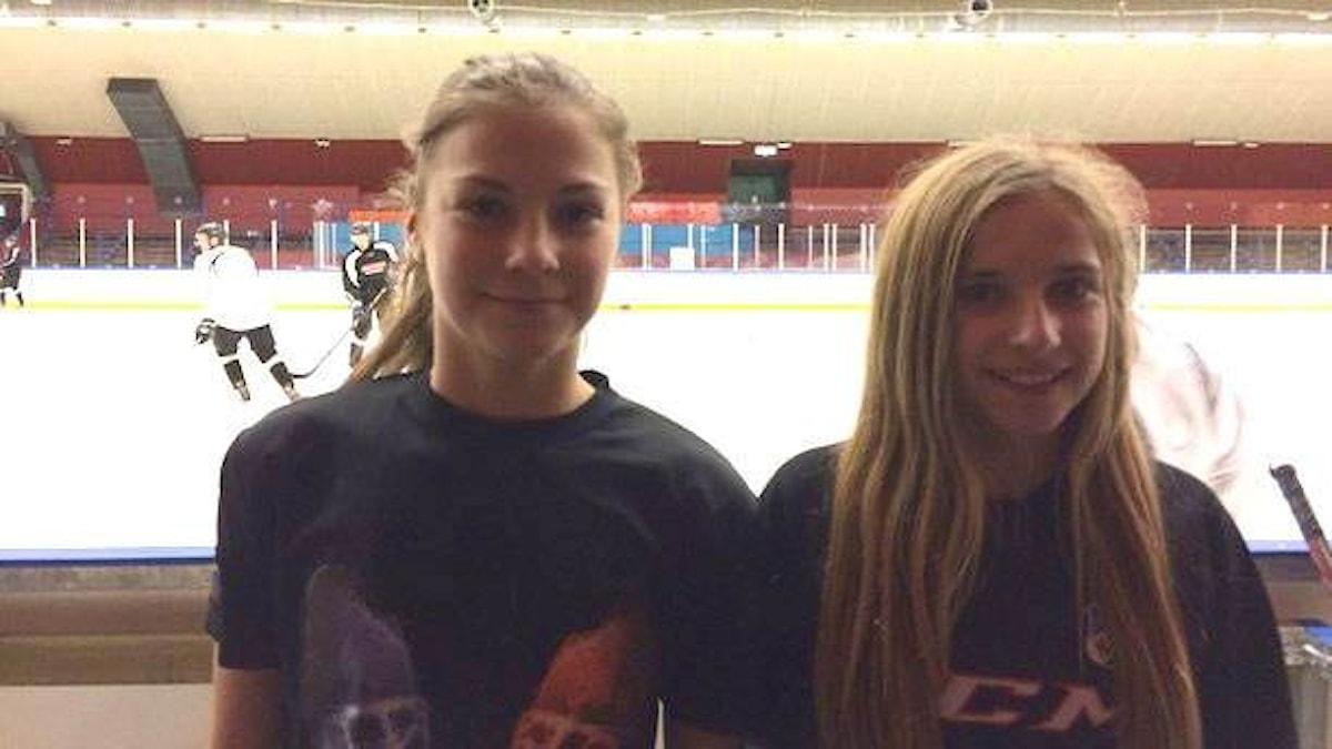 Vendela Olsson och Emelie Nygren spelar hockey med killar. Foto: Privat