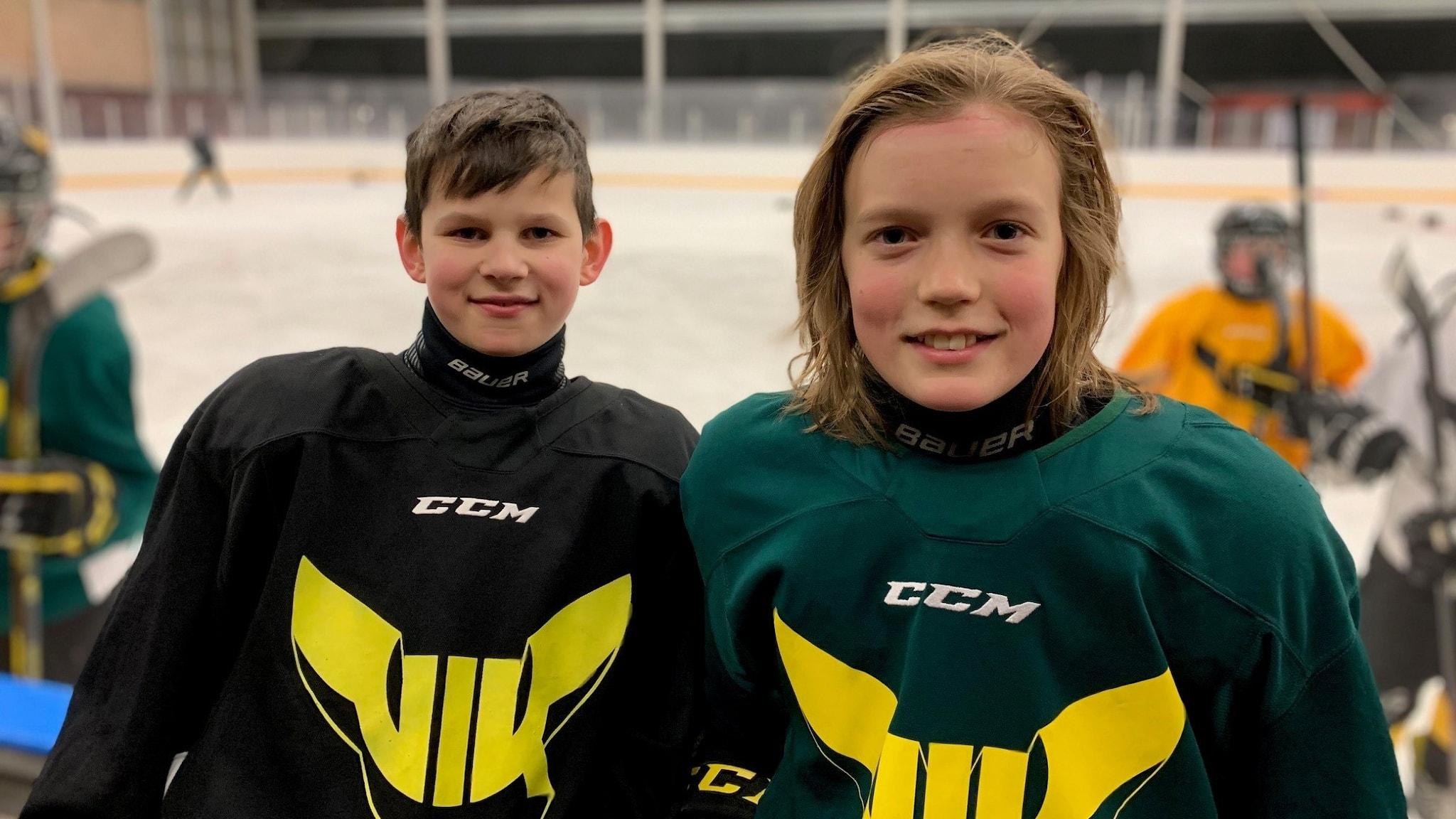Hockeyspelarna Arvid Olofsson och Felix Fröjdén i Västerås IK Team 10.