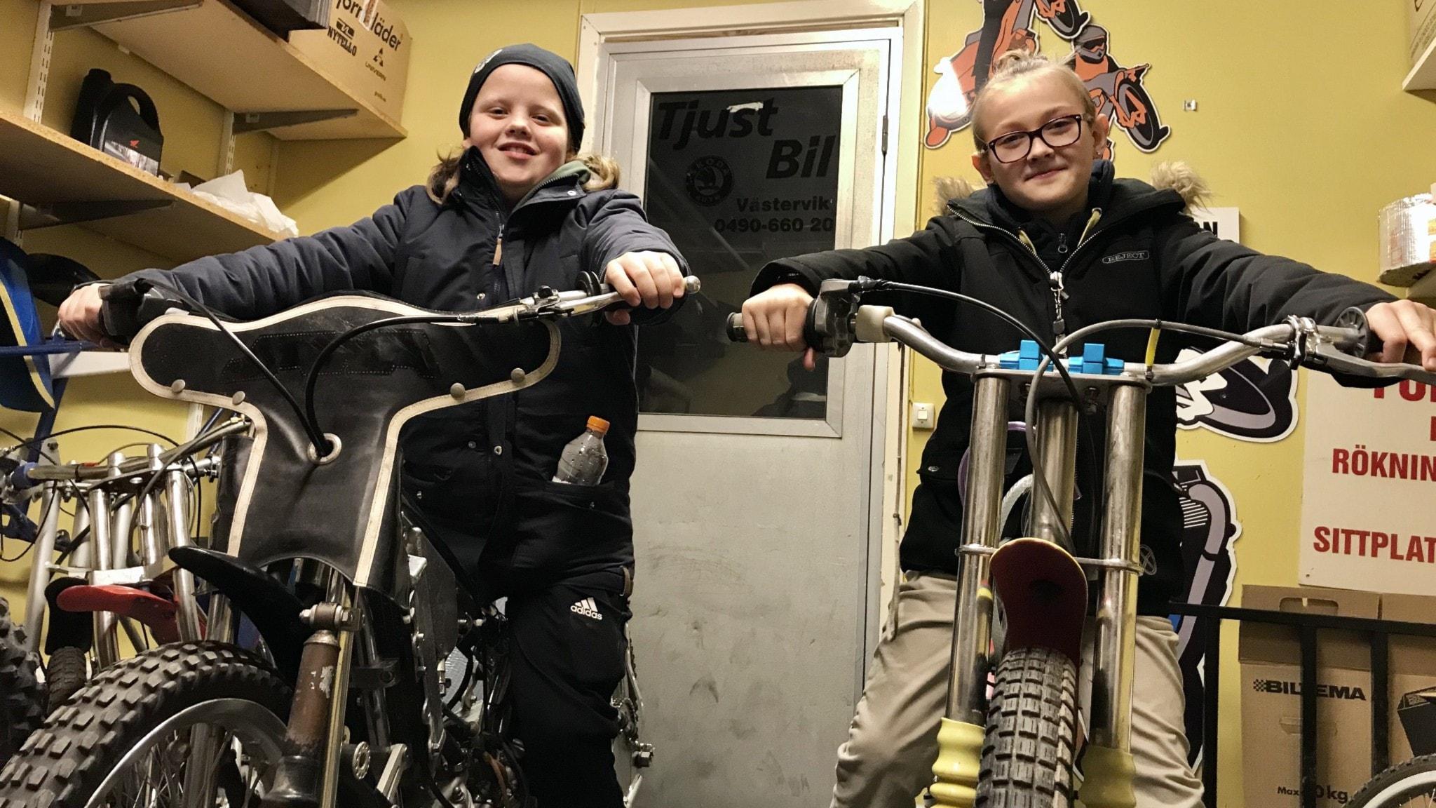 Adam Carlsson till vänster och Elias Bernhardsson till höger. Foto Janne Rindstig/Sveriges Radio