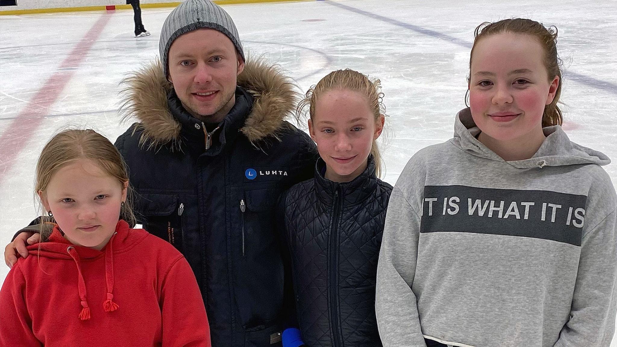 Alexander Majorov med Selma Wallin till vänster, Kate Karlsson och Daisy Aitomäki till höger.