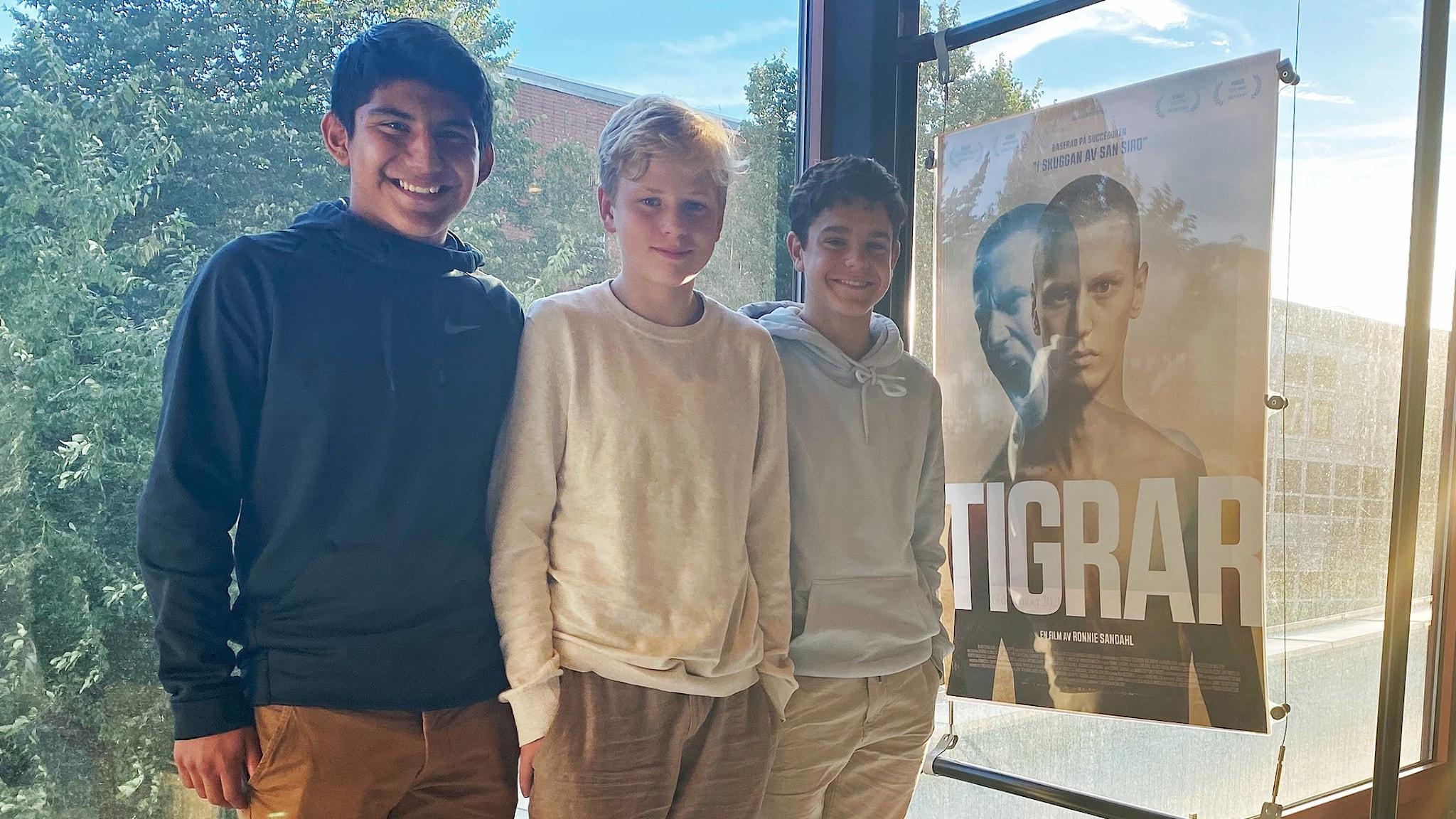 Luis Carlos Sandoval Aguiluz, Kalle Hagen och Leo Romero tittar på filmen Tigrar