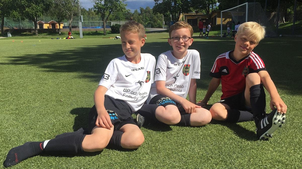 Fotbollsspelarna Noel Nyström, 12 år, Elliot Durdel 11 år och Jakob Nord, 10 år, som, på sommarläger med Brommapojkarna, föreslår nya regler inom fotbollen och tycker till om de regler som det internationella fotbollsförbundet Fifa, funderar på att ändra.