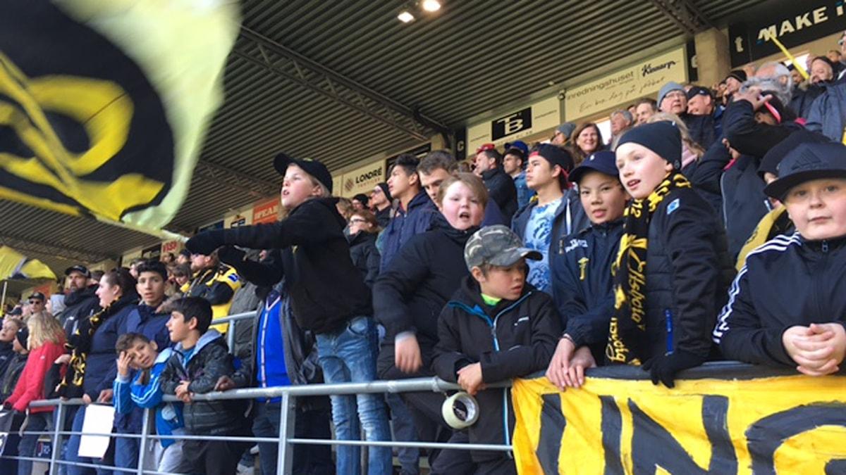 Carl Berg med den stora flaggan är initiativtagare till Unga Elfsborgare.