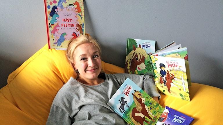 Ida Dåverstam läser om hästen Pytte i Barnradion.