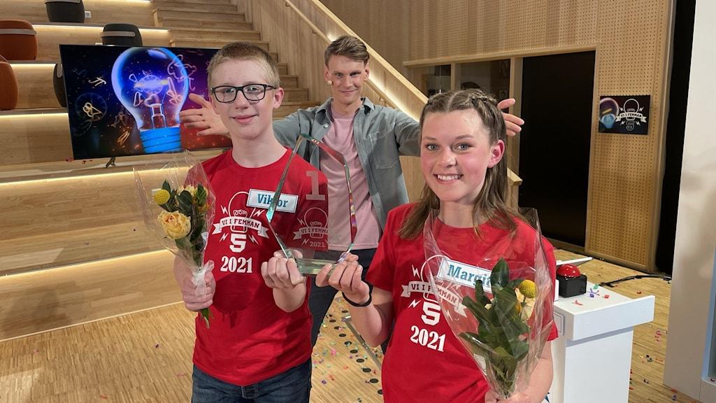 Viktor Berg och Margit Klintenberg från Lillåns skola klass 5 a i Örebro blev vinnare av Vi i femman 2021. Programledare var Kristoffer Fransson. Foto: Henrik Crona/SVT