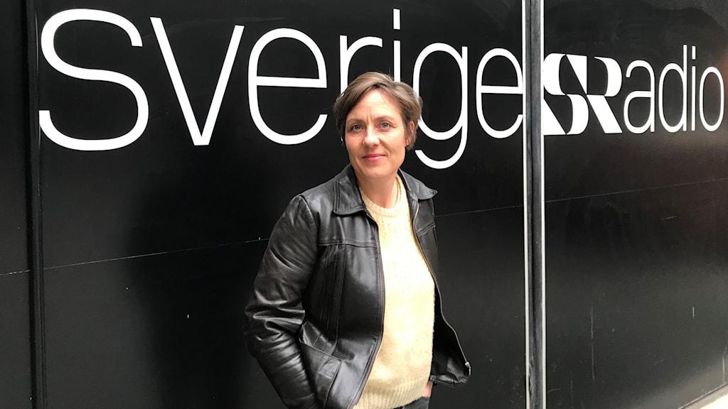 Susanna Arpi fram Sveriges Radio logga