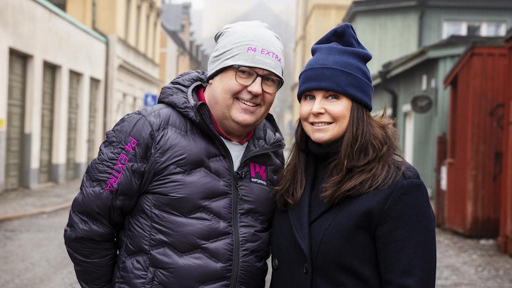 Lasse Persson, känd som reporter på P4 Stockholm och även hörts i Ring så spelar vi, kommer att åka runt i Sverige och träffa lyssnarna. Rapportering sker direkt med programledaren Titti Schultz som sitter i studion. Foto: Mattias Ahlm/Sveriges Radio