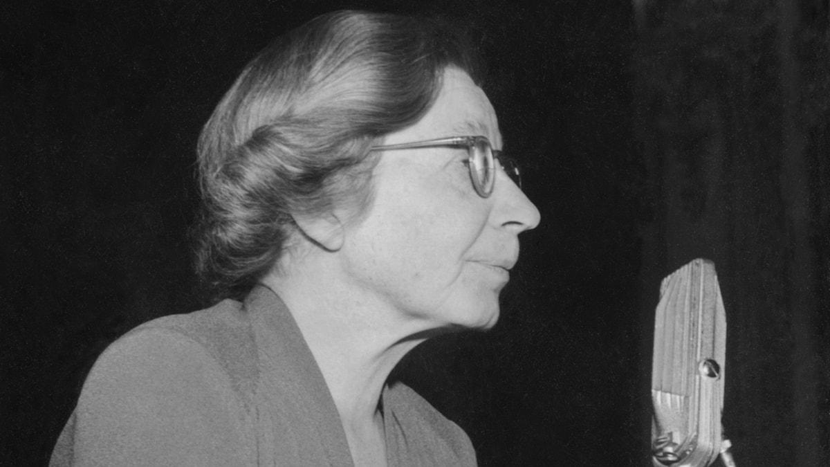 kvinna och mikrofon, svartvit bild