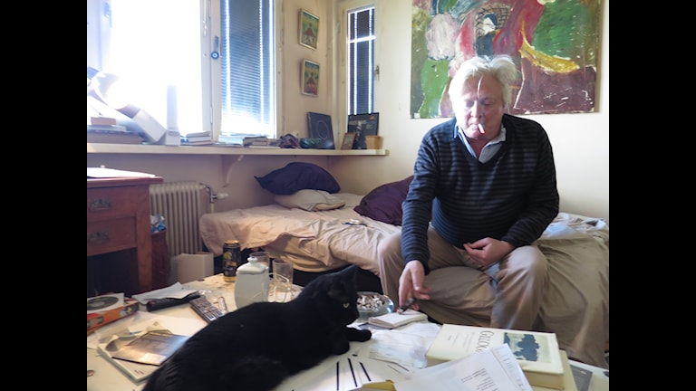 Stig Larsson med sin katt.