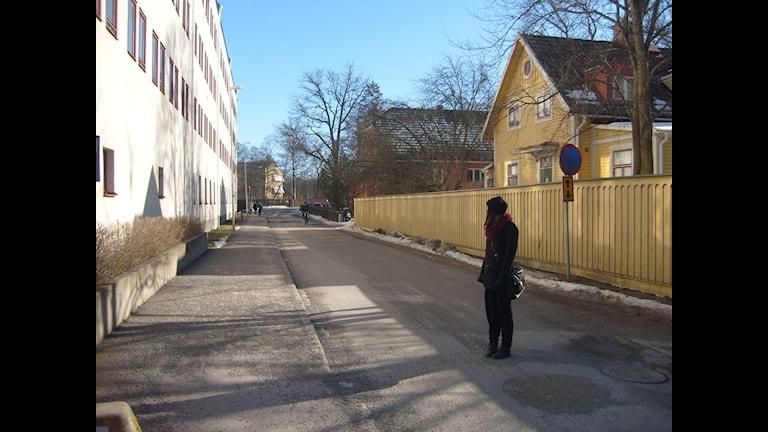 Emma på promenad i Uppsala där dokumentären om Nora utspelar sig. Foto: Louise Jacobson/Sveriges Radio