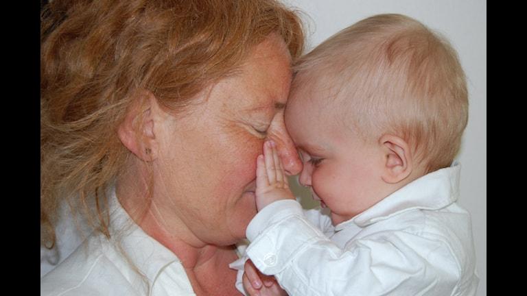 Mormor och barnbarn. Bilden förställer ej medverkande i programmet. Foto: Christer Söderqvist/Sveriges Radio