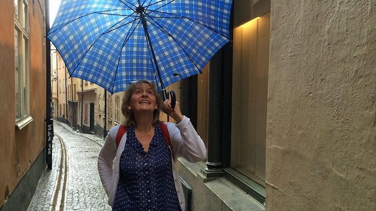 Agneta Gustavsson på den gata där Maria Fredrika bodde. Foto: Gunilla Nordlund/Sveriges Radio