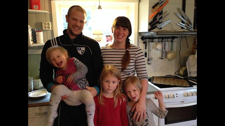 Ragnar och Helena Styrbjörn med barnen Ilon, Astrid och Ella Foto: Jonna Berglund/Sveriges Radio
