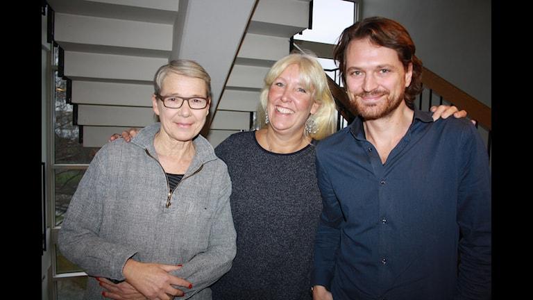 Anna Ivemark, Marianne Hasslow och Daniel Velasco, svarar på lyssnarnas frågor i Karlavagnen. Foto: Anna-Karin Ivarsson/Sveriges Radio.