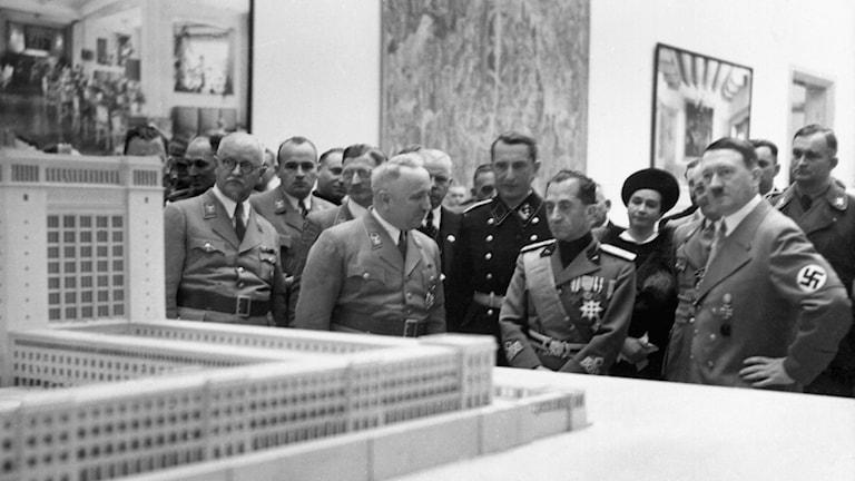 Hitler inviger arkitekturutställning i Berlin