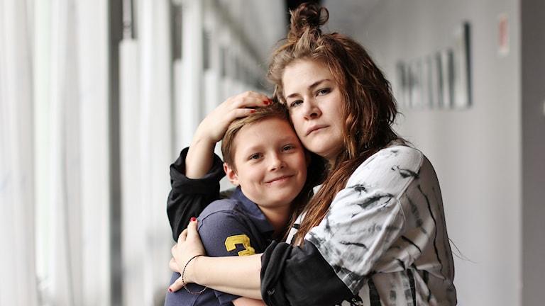 Isak Monka och Emma Broomé berättar en urspårad godnattsaga. Foto: Magnus Berg/Sveriges Radio