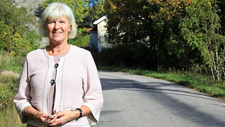 Eva Jarnedal, Huldas Karins dotter, i Stättebackens krök där delar av visan utspelar sig. Foto: Peter Johansson/Sveriges Radio