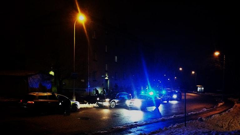 Polisen i Göteborg har fått extra resurser för att få stopp på skjutningarna. Hittills har insatsen Trygg i Göteborg kostat över 85 miljoner. Här stoppar polisen en bil i centrala delarna av staden.Foto: Karwan Faraj/Sveriges Radio