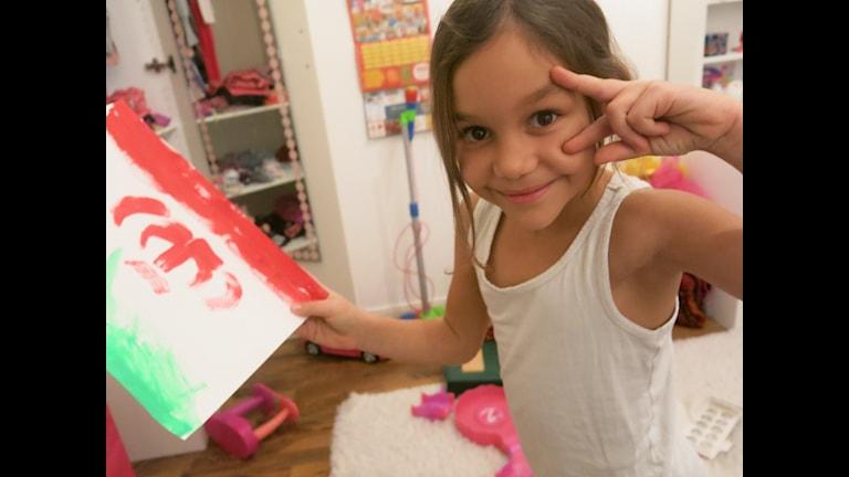 Elika berättar hur man säger HEJ på persiska. Foto: Madeleine Nilsson/UR